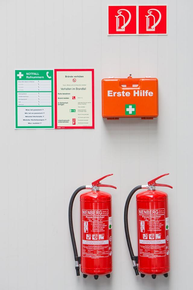 Erste-Hilfe-Ausrüstungen - Feuerlöscher - Erste-Hilfe-Kasten